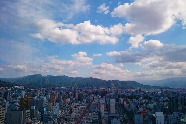 松山市の中心部の景色
